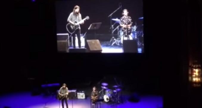 Dave Grohl e la figlia Violet insieme sul palco in un concerto di beneficenza