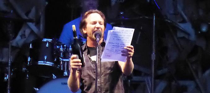 Eddie Vedder a Barolo offre il vino a tutti i presenti. Informazioni e orari