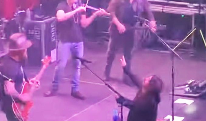 """DAVE GROHL esegue """"Enter Sandman"""" dei METALLICA con la ZAC BROWN BAND: Il video!"""