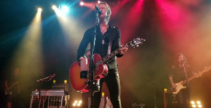 DUFF MCKAGAN: Guarda le cover dei THE CLASH, MAD SEASON e GUNS N' ROSES nella prima data del suo tour