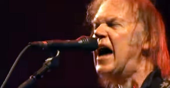 Long Live Rock'N'Roll! Staccano la corrente a NEIL YOUNG ma lui continua a suonare! Video