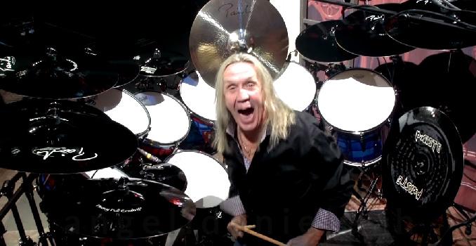 Auguri Nicko McBrain! Il batterista degli Iron Maiden compie oggi 67 anni