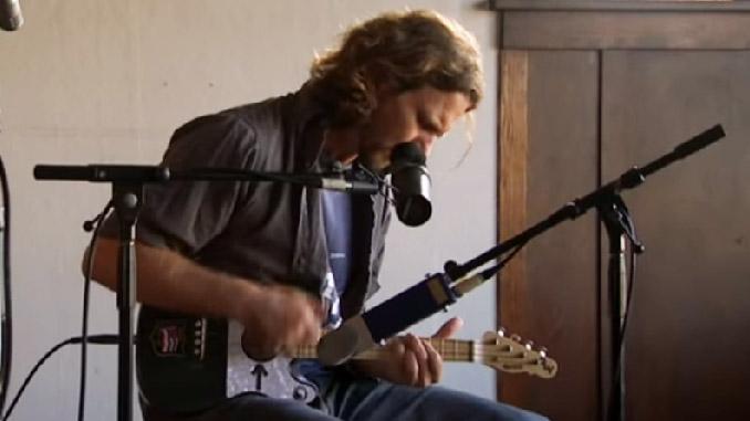 Eddie Vedder (Pearl Jam): suona Enter Sandman dei Metallica con l'ukulele. Video