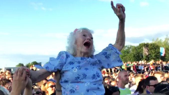 Il Rock rende giovani! Nonna sollevata per godersi il concerto ad un festival a Glasgow. Il video!