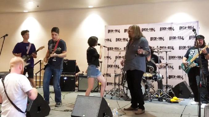 """Guarda VINCE NEIL cantare il classico dei Motley Crue """"Kickstart My Heart"""" al Rock' N 'Roll Fantasy Camp"""