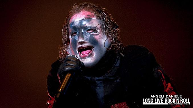 SLIPKNOT: Corey Taylor ama il suo lavoro! Guarda la sua capriola sul palco durante uno show