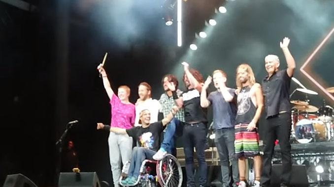 FOO FIGHTERS: Dave Grohl porta sul palco del Sziget 2019 un fan in carrozzina e gli fa spaccare la sua chitarra!