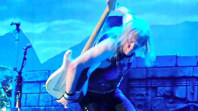 Iron Maiden: Janick Gers fa volare la chitarra... sul pubblico. Un uomo colpito
