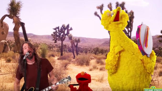FOO FIGHTERS: guarda Dave Grohl cantare con Big Bird ed Elmo in Sesame Street!