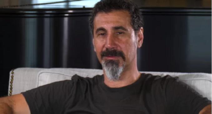 Il cantante dei System of a Down, Serj Tankian, si schiera contro Trump dopo l'attacco in Iran da parte degli USA. 'No Another War!'